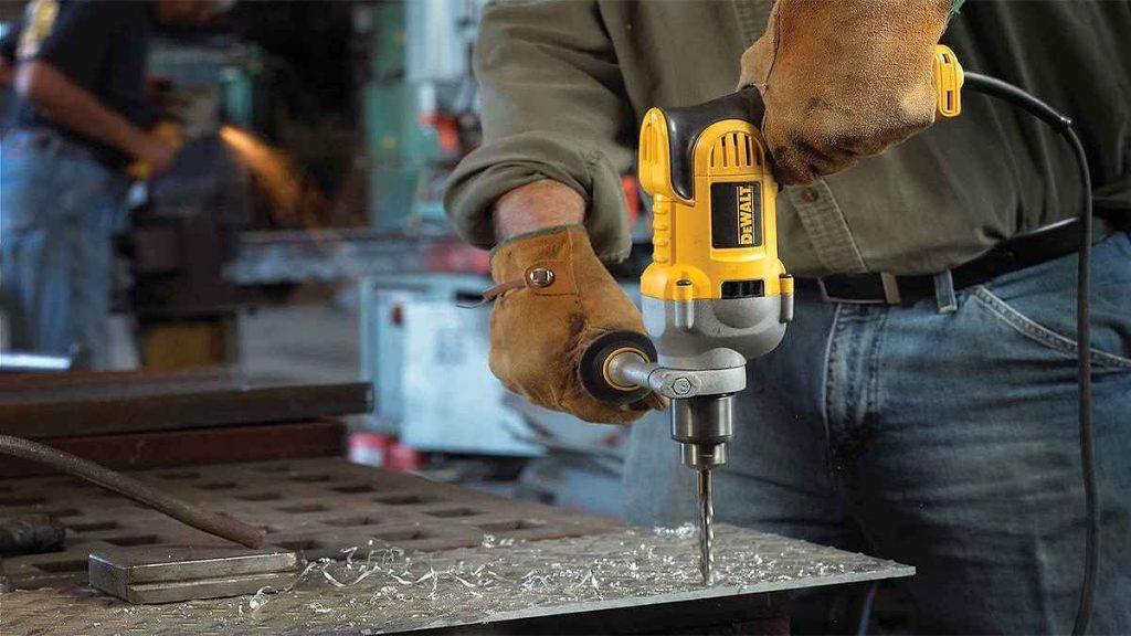 دریل های الکتریکی نسل جدیدی از دریل ها هستند که بعد از دریل های دستی که برای سوراخ کردن اجسام آهنی و چوبی که دارای زحمت و انرژی زیادی نیاز می باشد، ساخته شدند
